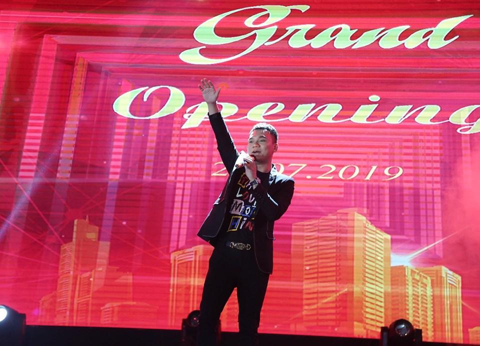 Nghệ sỹ, nhạc sỹ, ca sỹ Khắc Việt luôn được giới trẻ mến mộ.