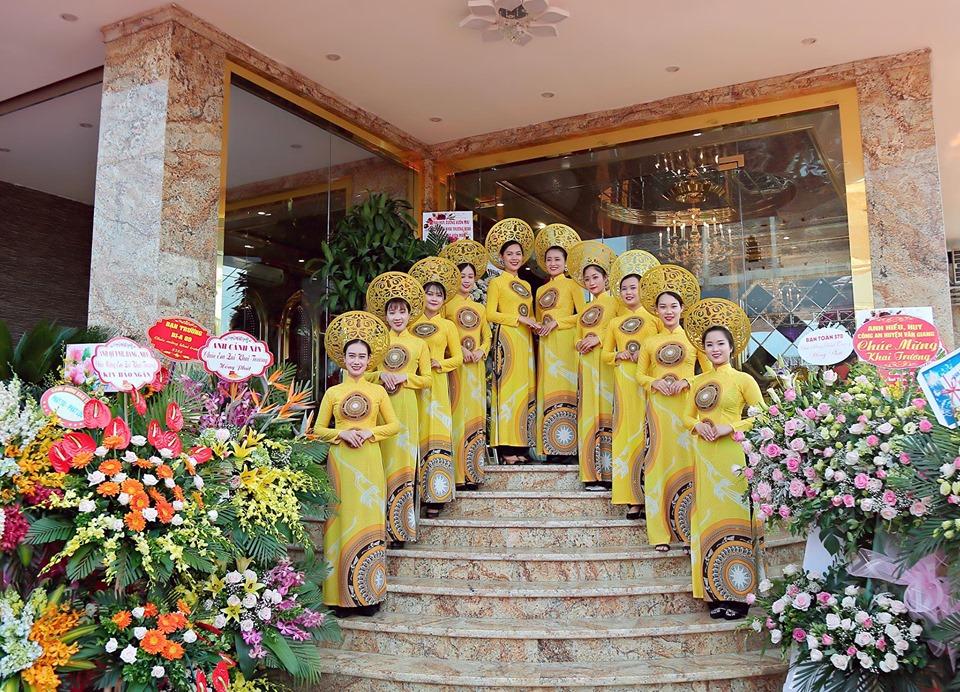 Dàn nhân viên lễ tân với màu sắc vàng trẻ trung xinh đẹp của Bảo Ngân KTV