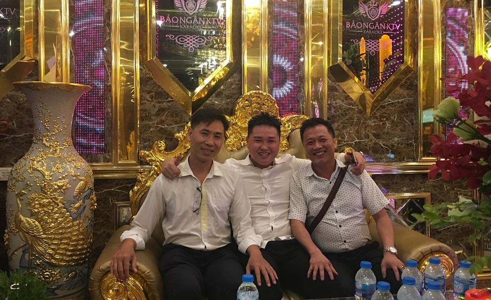 GĐ Hoàng Audio (bên phải)chụp hình lưu niệm nhân ngày khai trương cùng chủ đầu tư Anh Đức Duy (ngồi giữa)