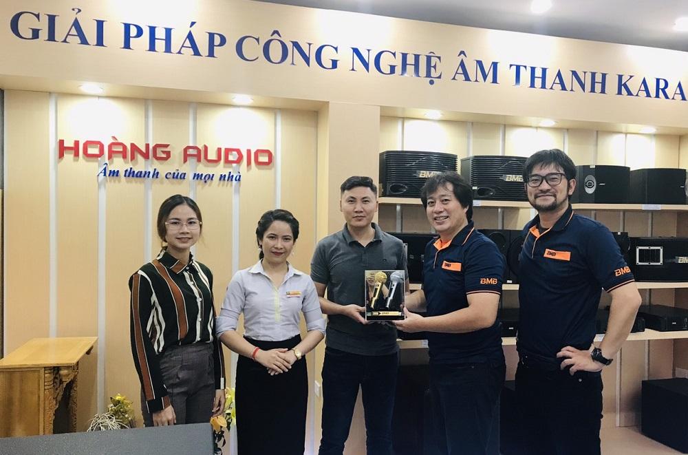 Đại diện BMB Việt Nam đến thăm và tặng quà Hoàng Audio 23/168 Nguyễn Xiển, Hà Nội