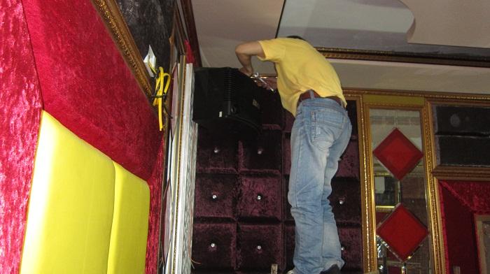 Căn phòng đang được hoàn thiện nội thất và bắt đầu lắp đặt thiết bị âm thanh.
