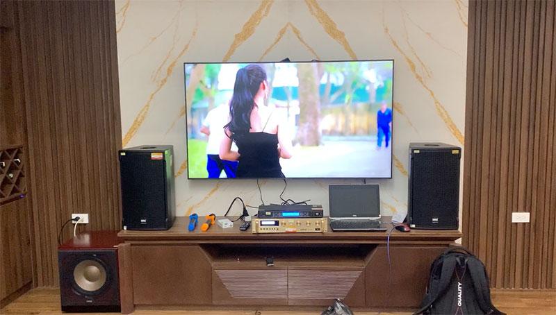 Bộ karaoke được bày trí gọn gàng trên kệ phòng khách gia đình